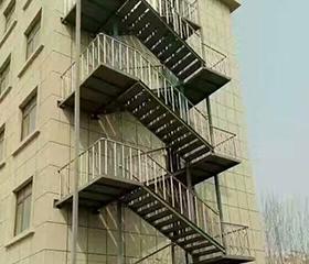 注意两根栏杆中心的阁楼楼梯
