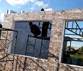 固定在框架上的彩板房安装